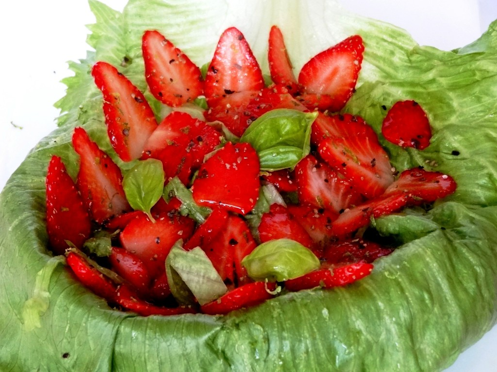 Salade sal e de fraises au poivre citron vert et basilic for Entree legere originale