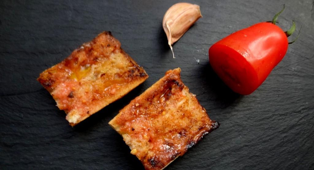 Tartines à l'ail et à la tomate
